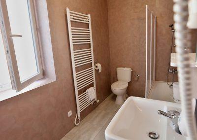 koupelna s vanou v pensionu