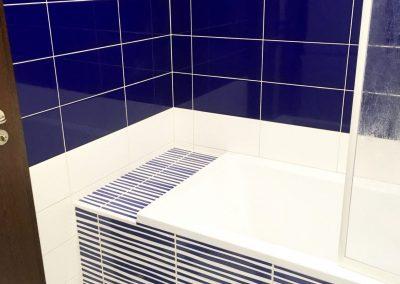 vana s modrobílým obkladem