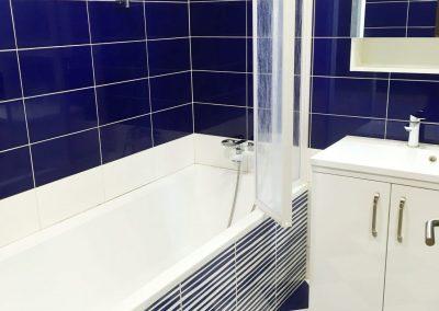 pohled na modrobílou koupelnu