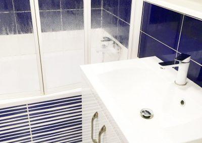 vybavení modrobílé koupelny