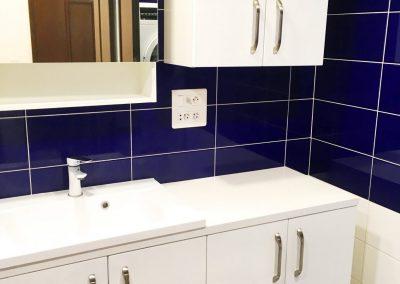 nábytek v modrobílé koupelně