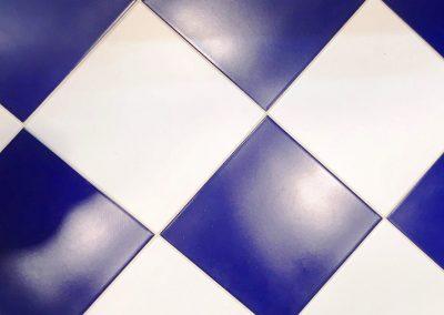 modrobílá podlaha v koupelně