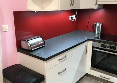 červená kuchyně s bílou