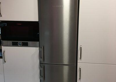 Nereze lednice v bílé kuchyni