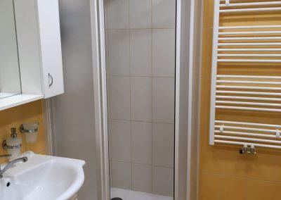 sprchový kout v oranžové