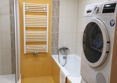 pračka v oranžové koupelně