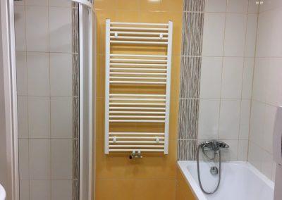 oranžová koupelna s topením